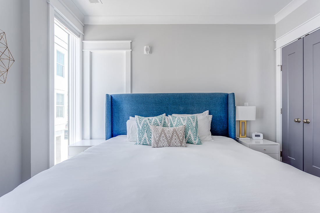 blue-and-white-bed