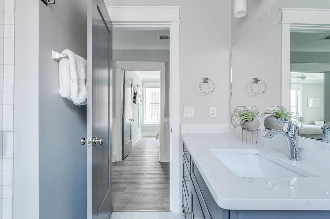 bright-bathroom-airbnb